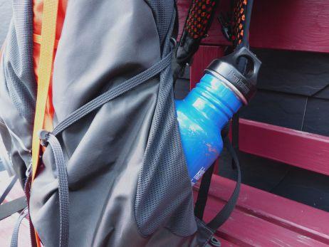 Flaschen lassen sich wahlweise gerade oder schräg in den Seitentaschen plazieren