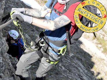 Klettersteigset Anlegen : Nach anlegen von gurt und klettersteigset geht es über holzleitern