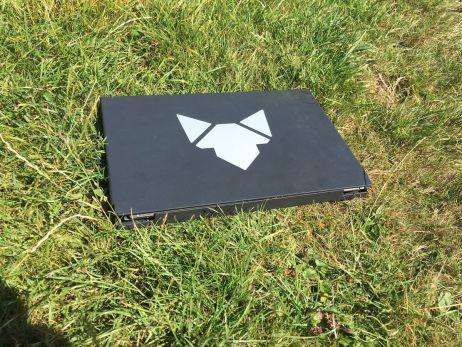 Verpackt sieht der Fennek Outdoor Grill wie ein schmaler Laptop aus