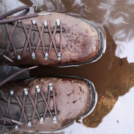 Nicht für Dauernässe gemacht - aber etwas Feuchtigkeit hält der Schuh schon aus!