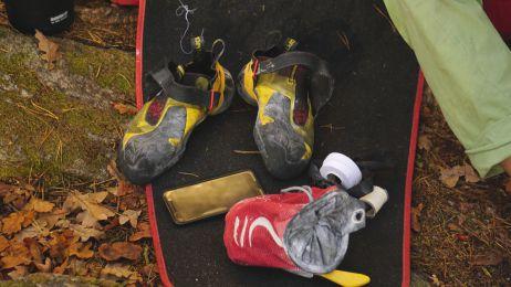 Die gesamte Ausrüstung auf einen Blick: Schuhe, Chalkbag, Bürste und Crashpad