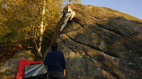 Die Risse im Fels sind die idealen Griffe und geleiten einem den Weg nach oben