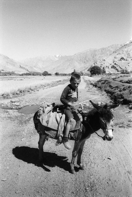 Auch Kinder helfen bei der Landarbeit