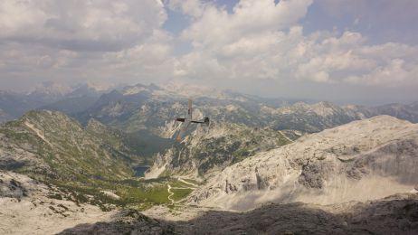 Zum Greifen nah: Ein Segelflugzeug vor der wunderschönen Landschaft am Gipfel