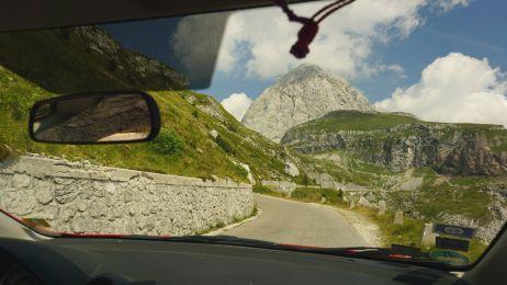Die Straße hinauf zum Mangart und noch erscheint der Gipfel in Reichweite