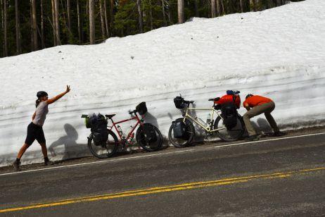 Anfang Mai säumen meterhohe Schneewände die Straßen des Yellowstone Nationalparks