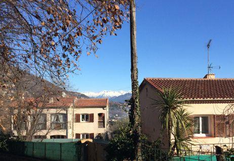 Blick auf die schneebedeckten Prealpes d'Azur
