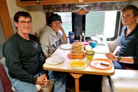 Pancake-Frühstück mit Kristy und Roger