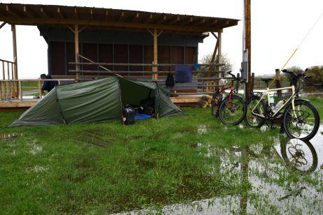 Zelt geflutet - ein 50 Meter entfernter Fluss stieg über Nacht über die Ufer