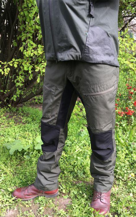 Manuel mit der Lockne Pant von Lundhags