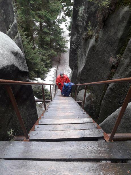 Vorsicht auf den nassen Stufen