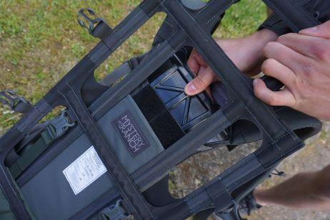 Die Plastik-Klappe im Rückengestell lässt sich herausnehmen, um den Klettverschluss zu lösen