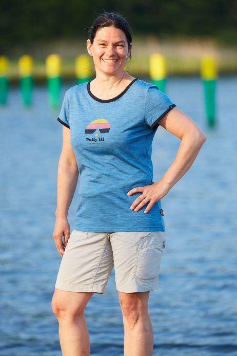 Sandra trägt ein Pally'Hi-Shirt im College-Design