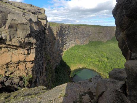 Am Wasserfall auf dem Eyjan Hill Trail