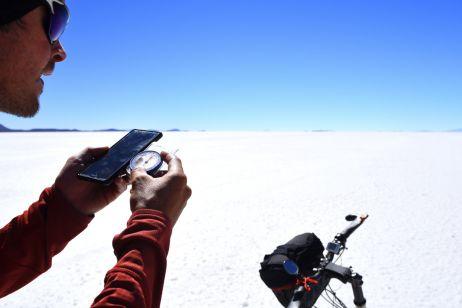 Auf dem größten Salzsee der Erde orientieren wir uns mitttels Kompass