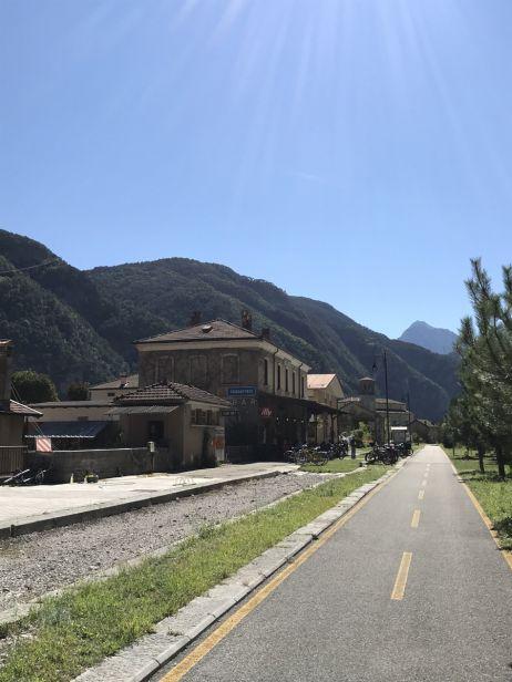 Auf der ausgebauten Bahntrasse