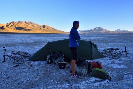 Ohne Stein können wir keine Heringe in das Salz hämmern - also binden wir die Räder ans Zelt