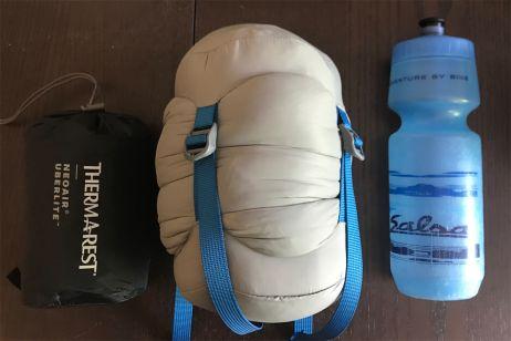 Größenvergleich: NeoAir UberLite, Hyperion im mitgelieferten Packsack und Trinkflasche
