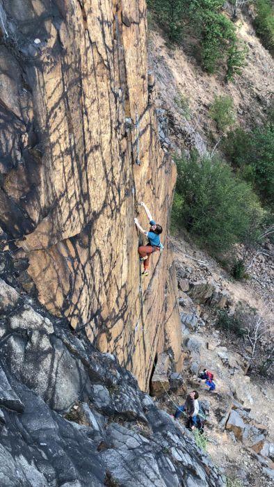 Micha kletternd am Holzberg