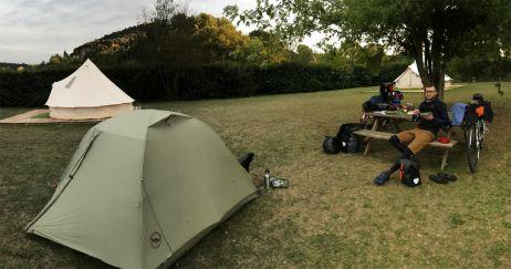 Auf Tour mit kleinem Zelt