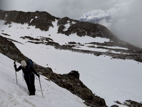 durch den schnee mit montanes leichtgewicht