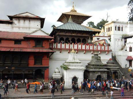 Pashupatinath im Hintergrund und Bestattungszeremonie