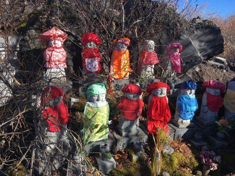 Kleine Steinstatuen an der 6. Station zur Huldigung der Berggötter