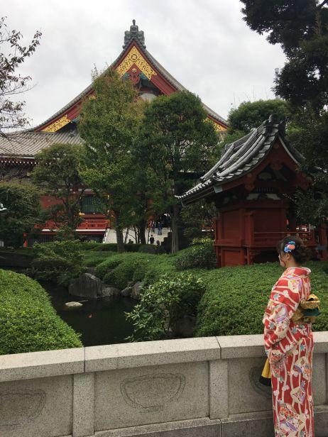 In Kyoto verkleiden sich viele Frauen mit einem traditionellen Kimono, um sich so vor den berühmten roten Toren fotografieren zu lassen