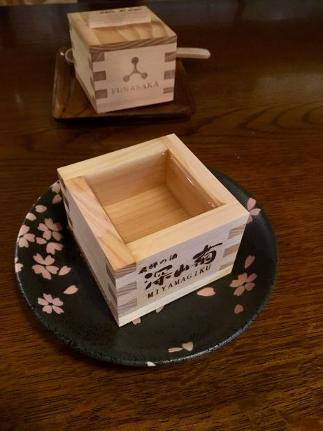 Der japanische Reiswein Sake wird traditionellerweise aus Holzschalen getrunken
