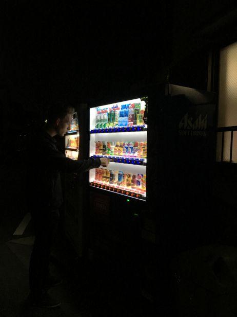 Für den schnellen Durst findet man hell erleuchtete Getränkeautomaten an jeder Straßenecke