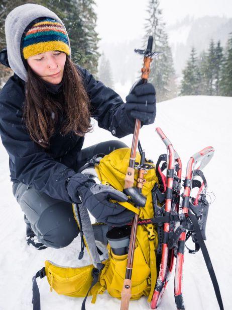 Auch Schneeschuhe und Stöcke ließen sich beim Altus ND30 gut befestigen