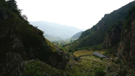 Bald geschafft: Die ersten Dächer von Radomirë sind zu sehen