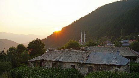 Radomirë heißt uns mit einem wunderschönen Sonnenuntergang willkommen
