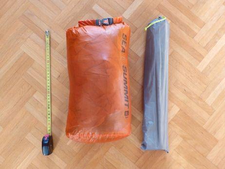 Vergleich mit kleinerem Sea to Summit Packsack (32 x 18 x 14 cm)