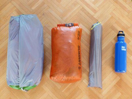 Bei der alternativen Packvariante werden Gestänge und Zelt separat gerpackt