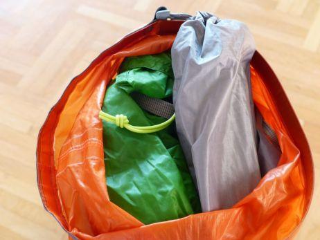 In den StS Packsack kommen Außenzelt, Innenzelt und Heringe
