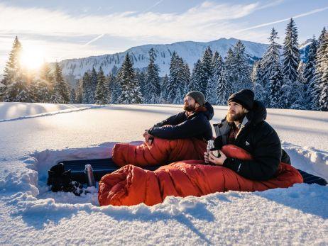 Mit Isomatte und Schlafsack im Schnee