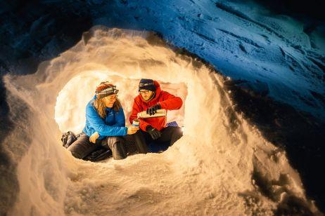 Simone und Manu machen es sich in ihrer Eishöhle gemütlich