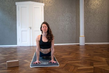 Vinyasa Flow Yoga mit dem Stratos Shift Bra