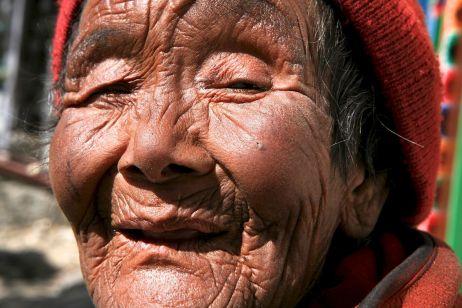 Eindrücke Nepal: Der alten Frau steht ihre Erfahrung ins Gesicht geschrieben