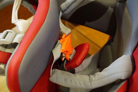 Die orangenen Steckschließen müssen geschlossen sein um die Sicherheit zu gewährleisten