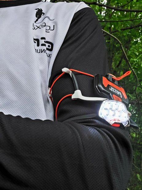 Petzl IKO Core - Mehrwert beim Tragen am Arm, reicht um gesehen zu werden